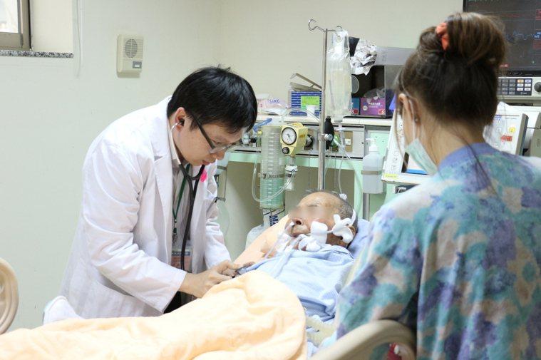 醫師說插管加上有共病者,感染肺炎的機率也會提高。 報系資料照