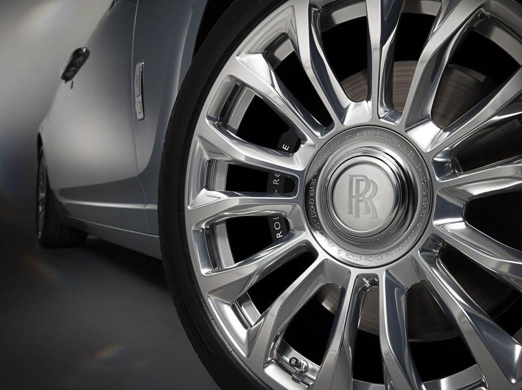 精心打磨的車輪軸心鑲著一圈 Cassiopeia Silver的塗層。 Roll...