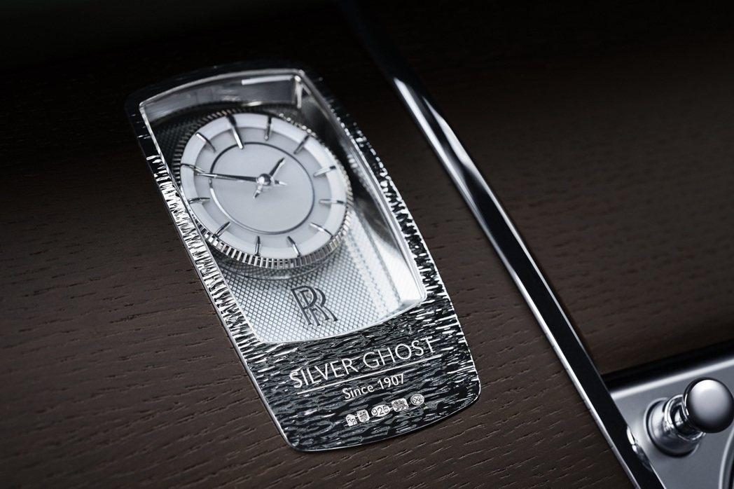 """Silver Ghost""的家族特徵還體現在時鐘設計上,造型像一塊銀質鑄錠,鐫..."