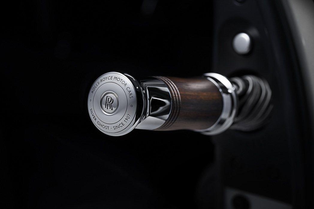 銀色的傘骨、開孔型都鐸式橡木手柄以及手柄末端的刻字。 Rolls-Royce提供