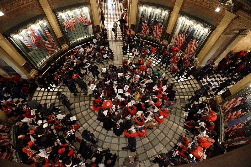 2012年12月,民眾於密西根州議會大廈抗議州政府通過「工作權法」,即禁止勞資協...
