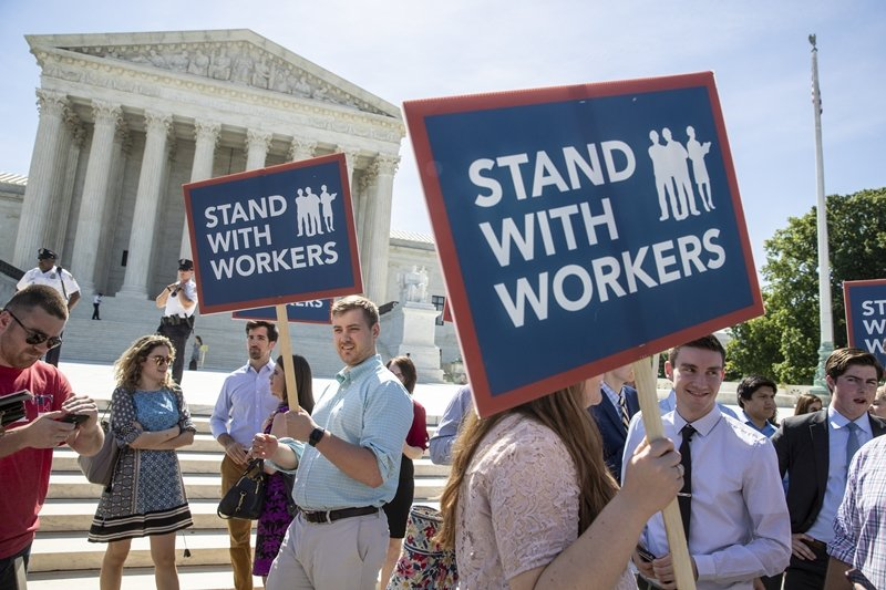 2018年6月,民眾在華盛頓最高法院等候Janus一案判決,最終法院判定工會不能...