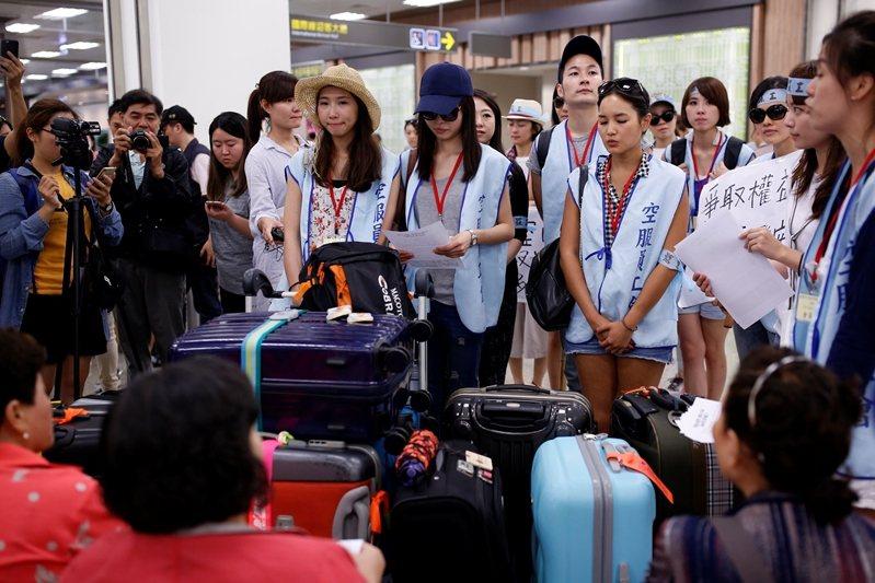 圖為2016年6月中華航空空服員罷工。 圖/路透社