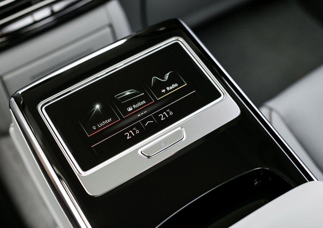 全新Audi A8後座中央扶手配置可拆卸的OLED觸控顯示幕。 摘自Audi