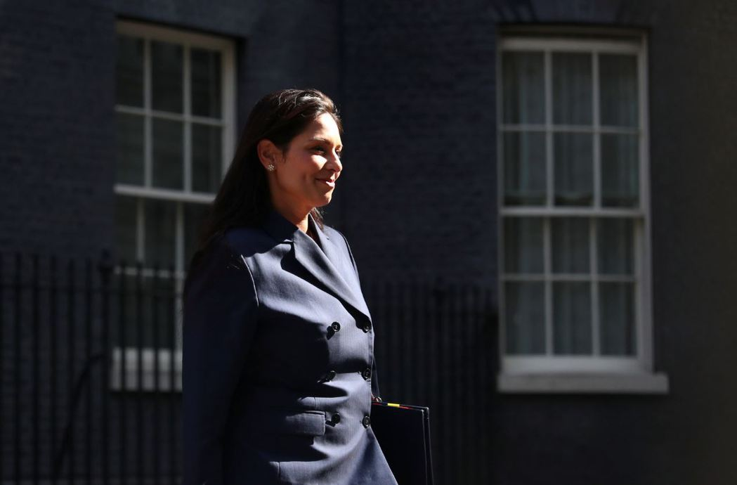 英國29日召開五眼聯盟會議。圖為英國新上任的內政大臣巴特爾(Priti Patel),負責主辦本次會議。 圖/路透社