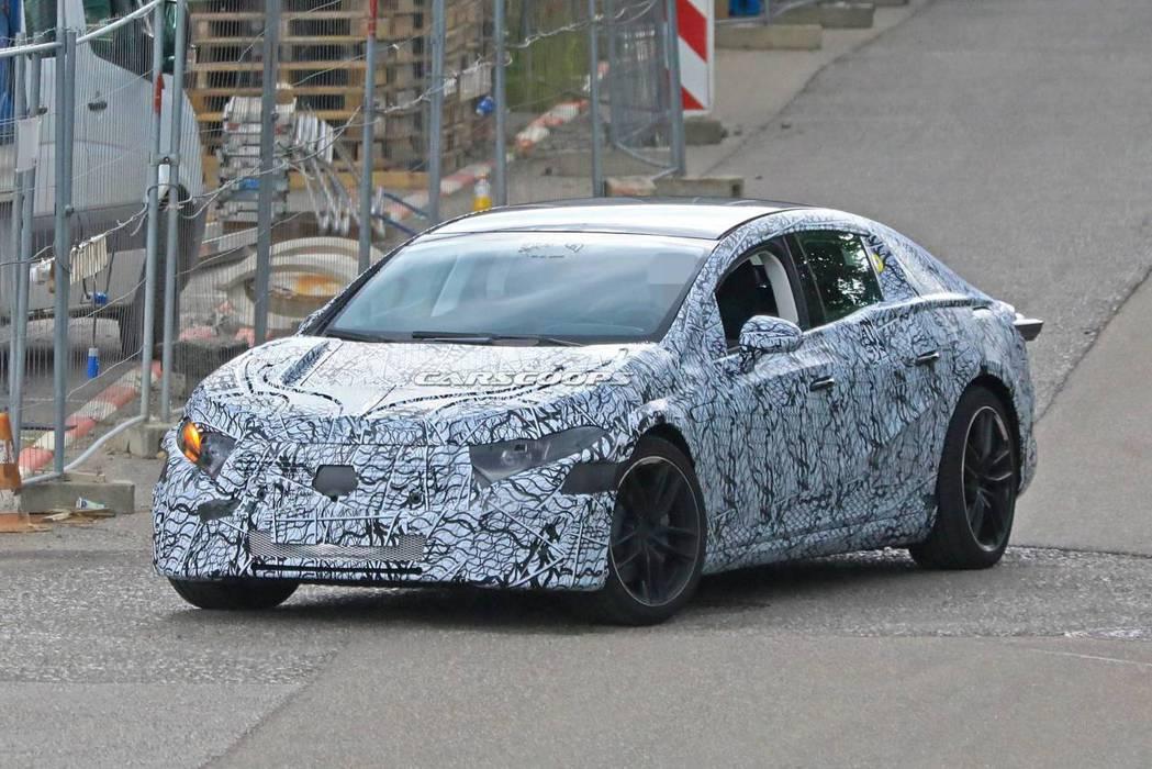 Mercedes-Benz EQS全新旗艦電動偽裝車現蹤。 摘自Carscoop...