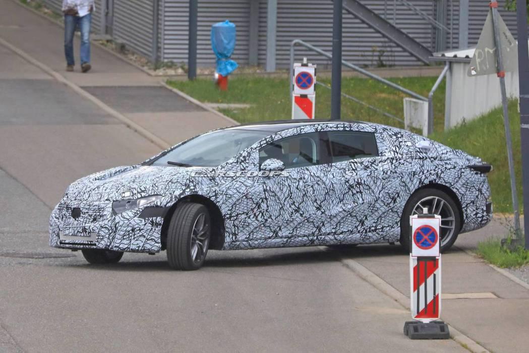 Mercedes-Benz EQS偽裝測試車。 摘自Carscoops