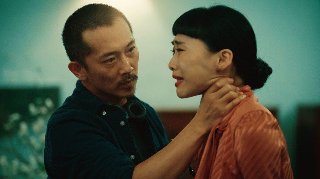 吳可熙在「灼人秘密」被施名帥(左)掐脖、賞巴掌。圖/岸上影像有限公司提供