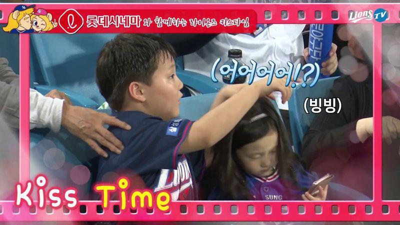 男孩發現自己和妹妹被鏡頭捕捉。圖/取自YouTube