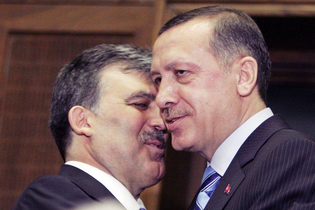 誰會笑到最後?居爾(圖左)渴望打造出一個「沒有厄多安」的AKP,但絲毫沒有任何從...