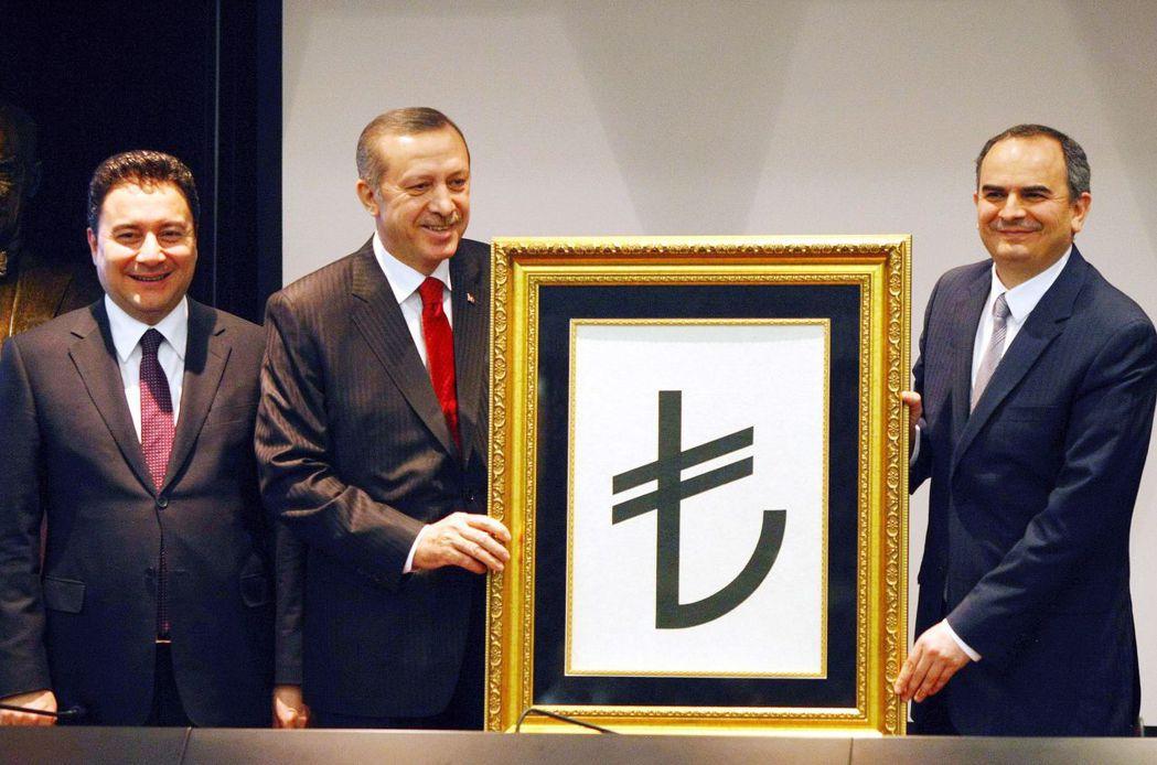巴巴江自AKP創黨以來一直負責制定黨的經濟政策。年僅35歲就當上土耳其經濟部長的...