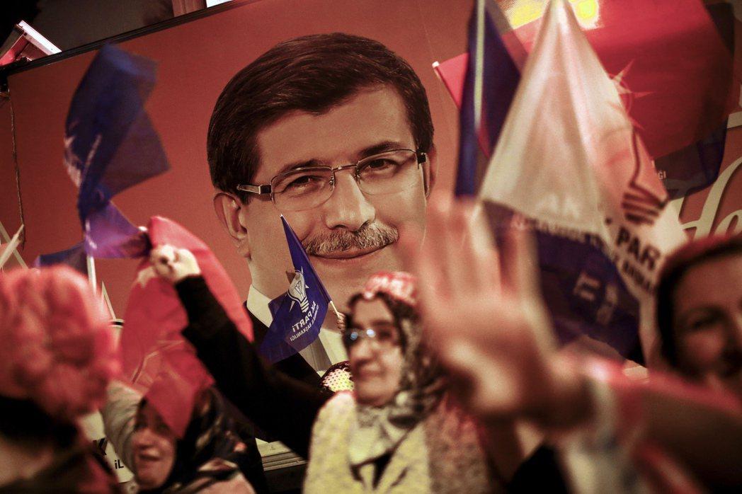 達悟特奧盧曾經擔任過土耳其外交部長與總理,沈穩冷靜的形象讓他受到廣大土耳其民眾的...