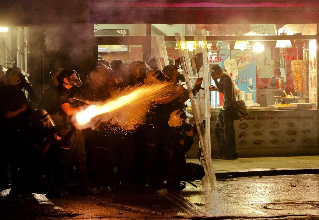 圖為警方發射催淚彈,鎮壓2013年土耳其反政府抗議。居爾強調:民主不是只存在選舉...