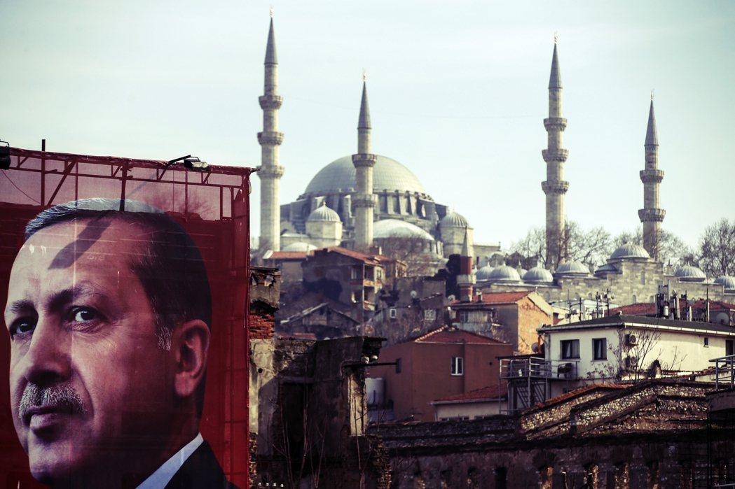 土耳其強人厄多安,聲勢正不斷下墜。6月的伊斯坦堡市長重選再度敗北後,原本執政黨「...