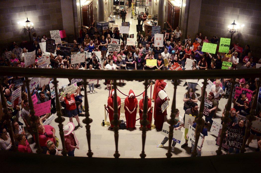 《羅訴韋德案》一案判決所建構的婦女自主墮胎權將可能被推翻,使「墮胎完全禁絕於美國...