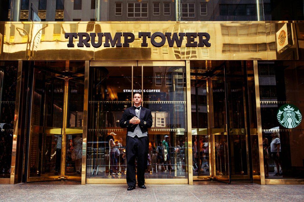「川普什麼都要金色,這個也金那個也金。」圖為紐約第五大道上,金光閃閃的川普大廈門...