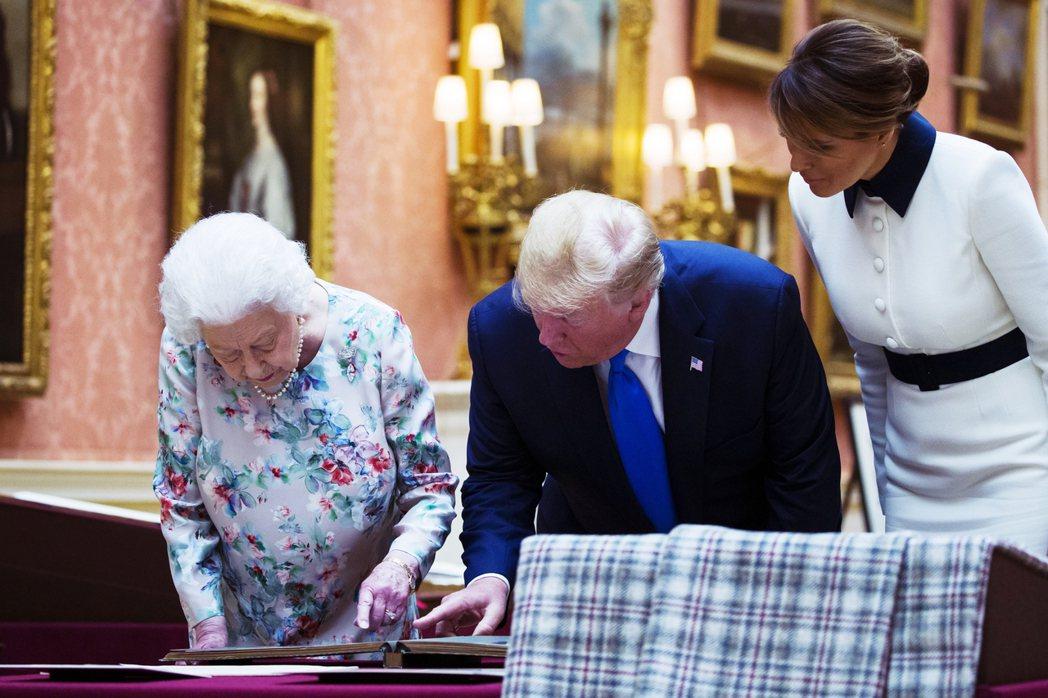 川普對於英國皇室尤其著迷。前往英國展開國是訪問時,受皇室款待。他的建築相關設計也...