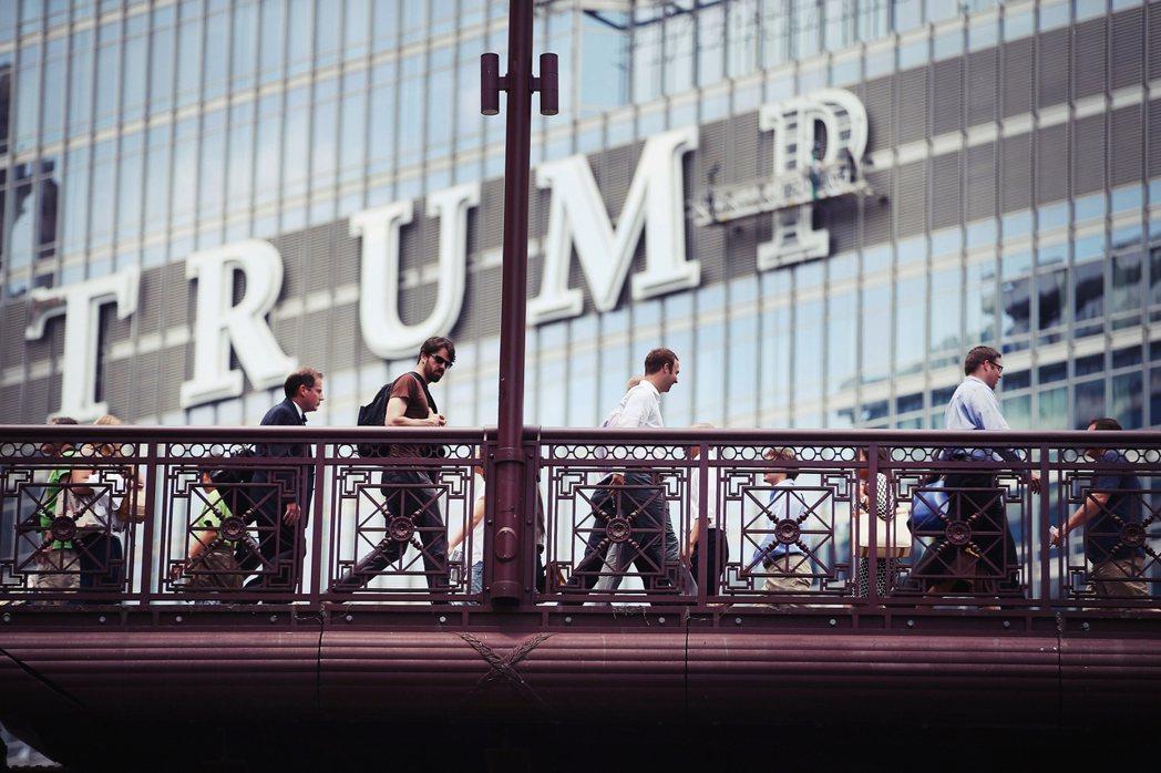 芝加哥人普遍認為「TRUMP」字樣完全破壞了市民熱愛的芝加哥河岸市景,川普當選總...