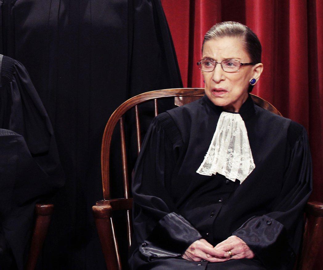 圖為自由派健將RBG。川普上任以來,保守派在最高法院的勢力擴張至6席。RBG年事...