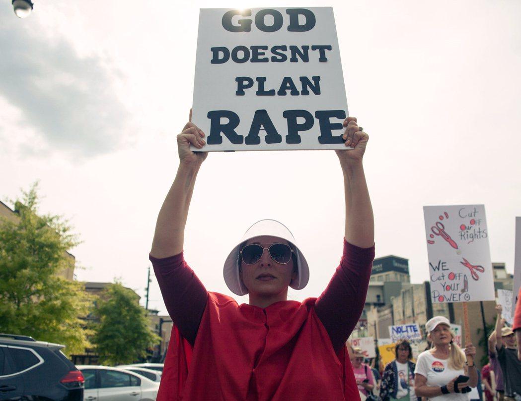 《羅訴韋德案》迄今將近半個世紀,該案對婦女墮胎權的憲法宣告,迄今難以撼動。至今沒...