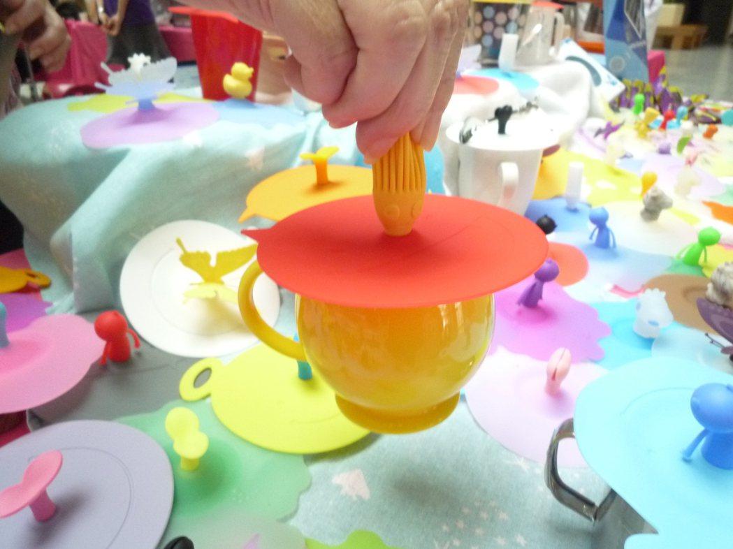 矽膠製作過程不需要加入塑化劑,耐高溫範圍較廣,除了餐具,也應用在各種醫療器材,像...