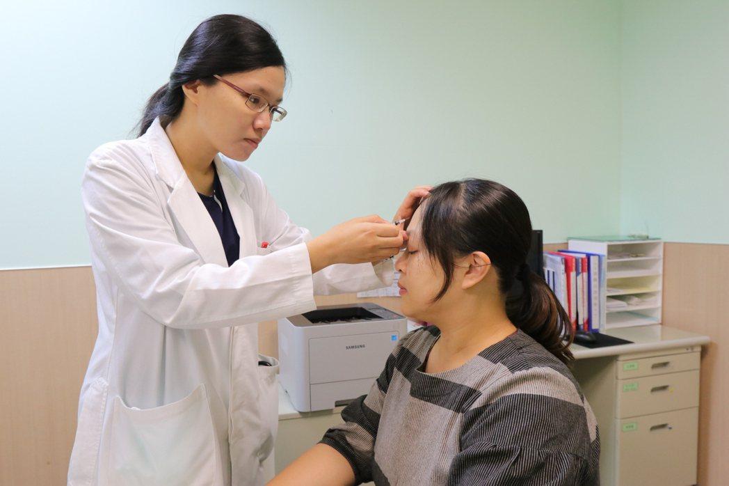 亞洲大學附屬醫院神經內科醫師楊依倩(左)指出,偏頭痛可透過肉毒桿菌素注射,藉由阻...