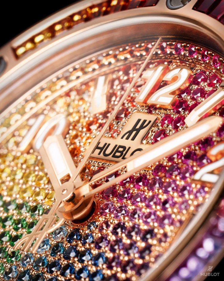 Big Bang One Click彩虹寶石腕表,表盤上可見豐富多變的彩色寶石光...