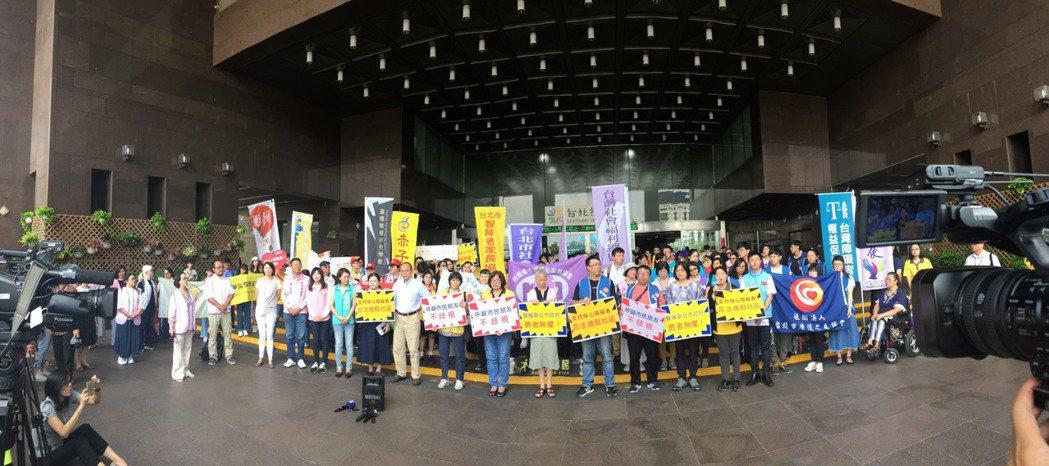 台北市社會福利聯盟上午集結約40個社福團體共同聲援北市府社會局。記者魏莨伊/攝影