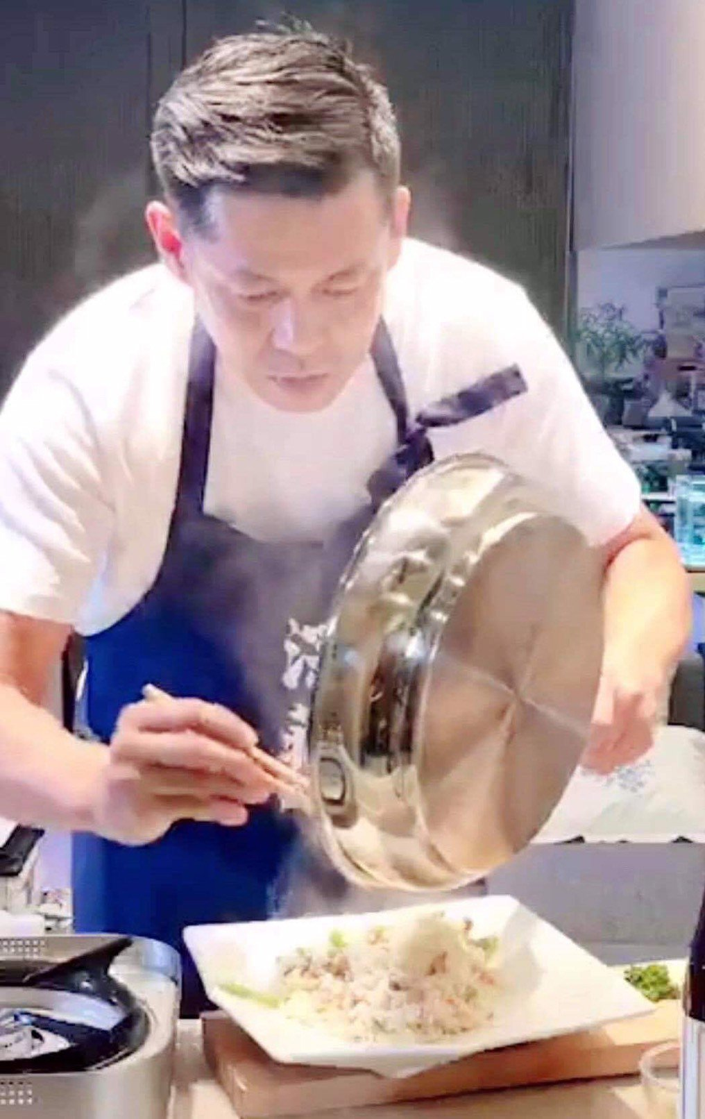 汪建民的「老汪灶腳」用心在做菜。圖/汪建民提供