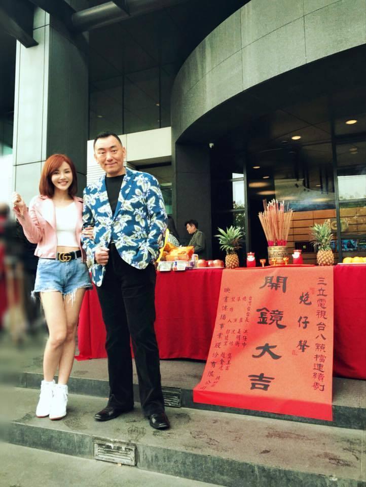 「炮仔聲」開鏡時,陳子玄(左)和徐亨開心合影,如今他已超過百集沒出現了。圖/取自...