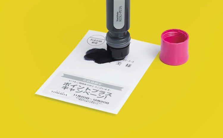 Shachihata寫吉達「個資保護膠水」,塗上墨黑膠水再對折黏貼,150元。圖...