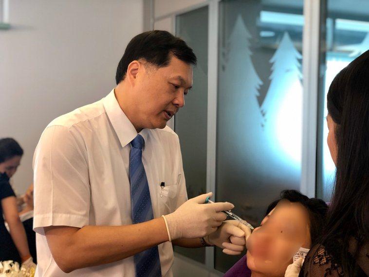 中華民國醫用雷射光電學會前理事長王正坤在患者臉上注射玻尿酸。圖/王正坤提供