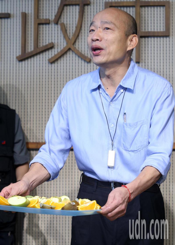 韓國瑜今天在市政會議後受訪時就拿出水果刀切水果請記者吃,並批蘇講話只會酸,一點幽默感都沒,還要蘇貞昌快來逮捕。記者劉學聖/攝影