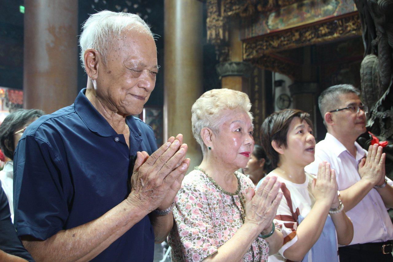 台北市長柯文哲爸爸(左)、媽媽(中)今天中午到彰化奠安宮參拜。記者林敬家/攝影