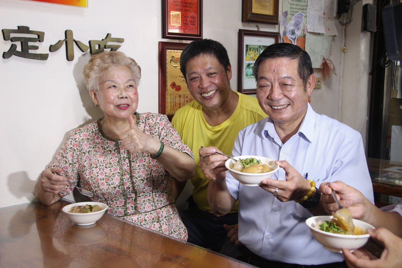 柯媽媽今天到北斗「肉圓生」品嘗小吃。記者林敬家/攝影
