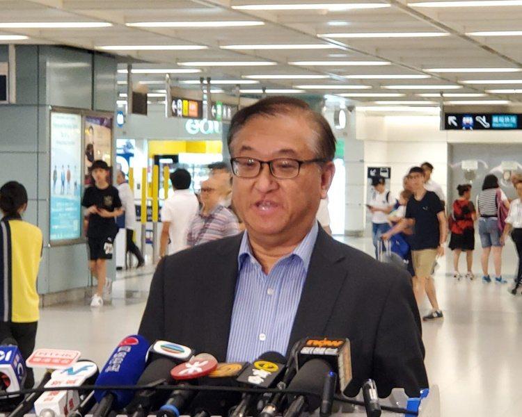 港鐵總經理鄭群興表示,雖然網路流傳今天有港鐵車長發動罷工,但今天只有一兩名車長請...