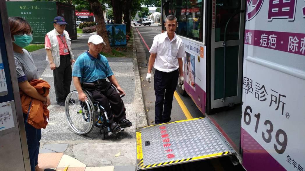 台中市推動健康就診公車,把經過主要醫院的公車路線,2年內以低底盤或有油壓式升降設...