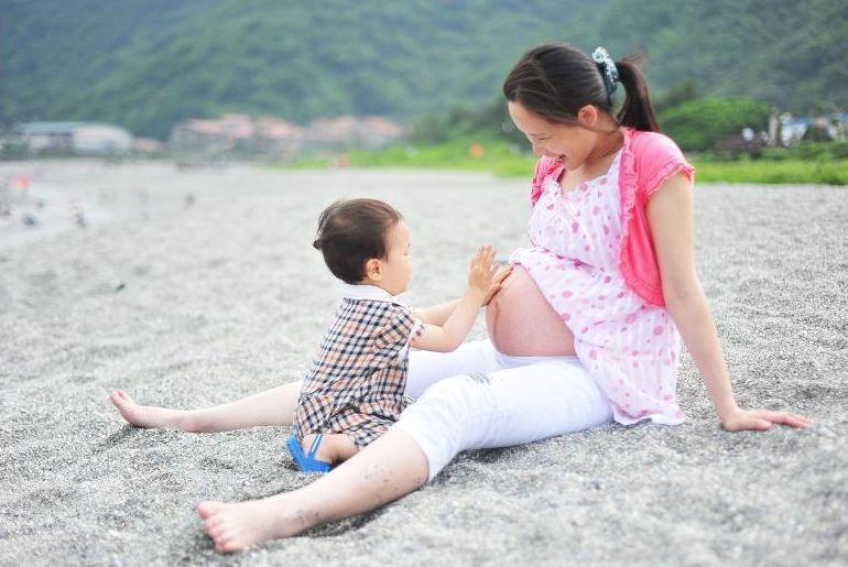 林祐農的作品是小弟弟摸著媽媽即將臨盆的大肚,記錄媽媽與孩子之間那份自然流露的真情互動。圖/縣府提供