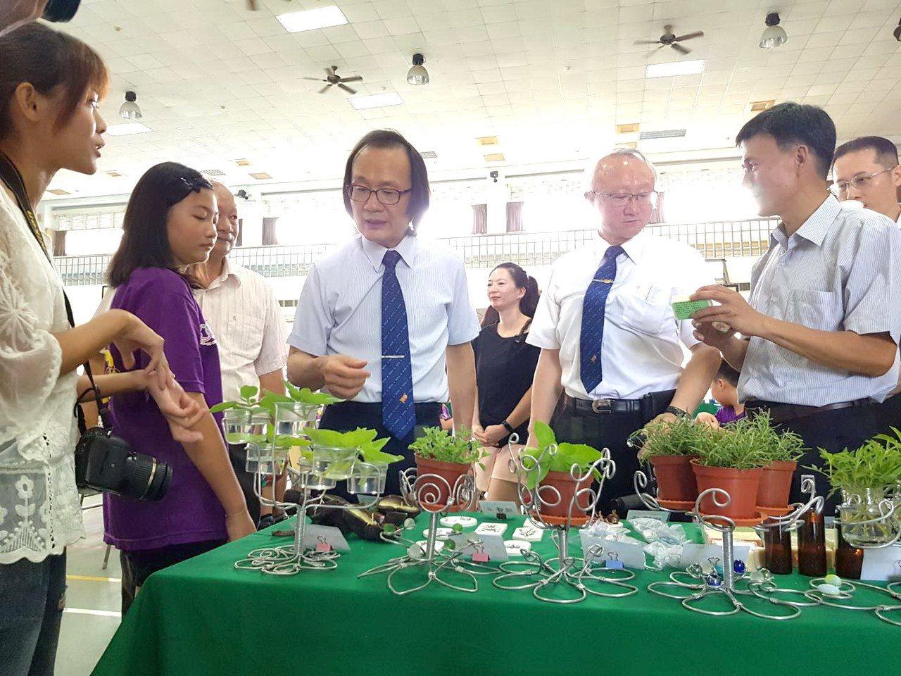 山海希望工程計畫今天發布成果發表,包括栽種香草等高經濟價值作物。照/嘉義大學提供