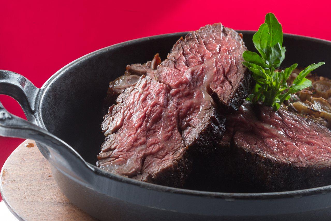 TC推出老饕雙重奏雙人份套餐,一次可以吃到2種不同國家牛排。記者陳立凱/攝影