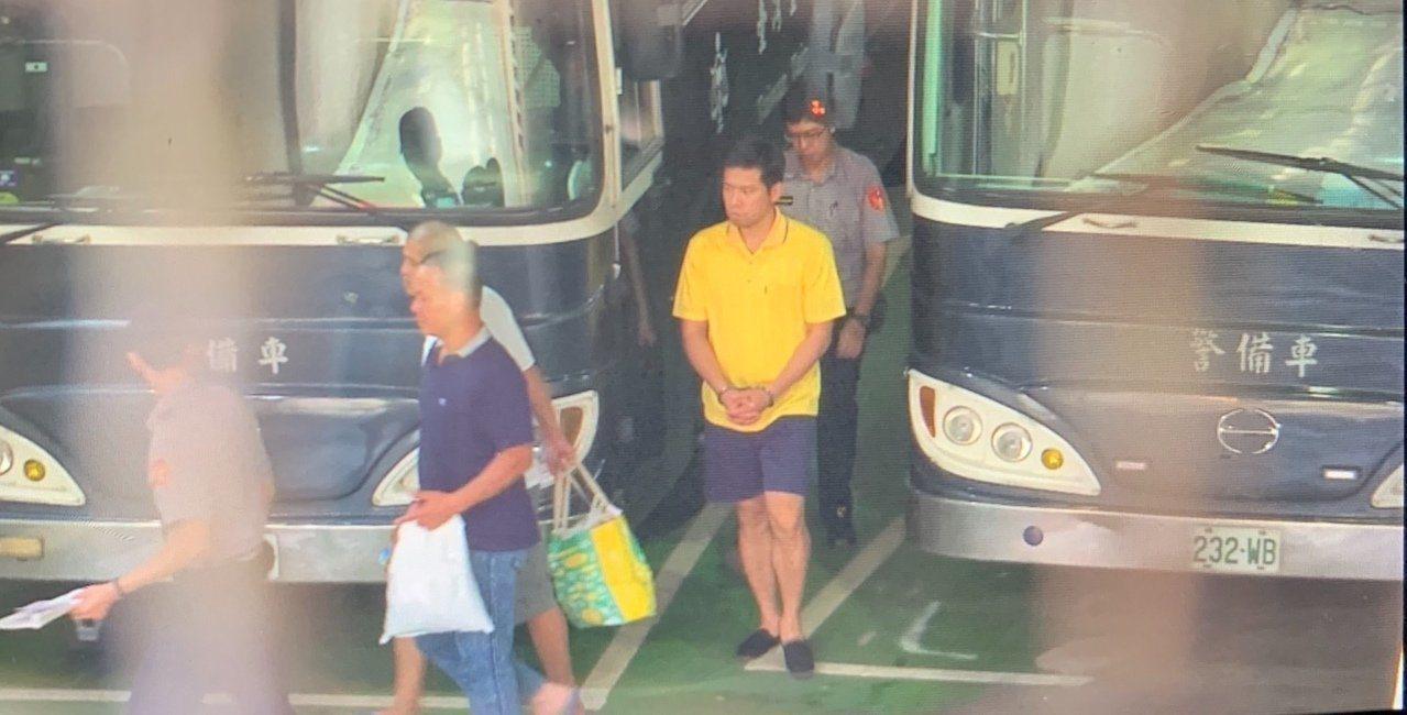 台北地檢署提訊特勤人員吳宗憲(黃衣者)畫面。記者賴佩璇/翻攝