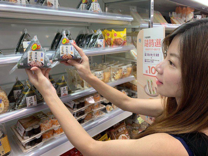 三角飯糰是許多學生、上班族填飽肚子的首選,尤其在天氣變熱時,飯糰清涼爽口的口感更讓買氣直飆。示意圖/7-ELEVEN提供