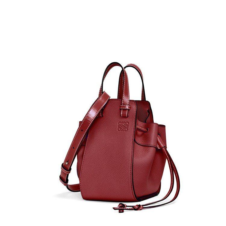 LOEWE Hammock莓果色小牛皮迷你肩背提包,售價63,000元。圖/LO...