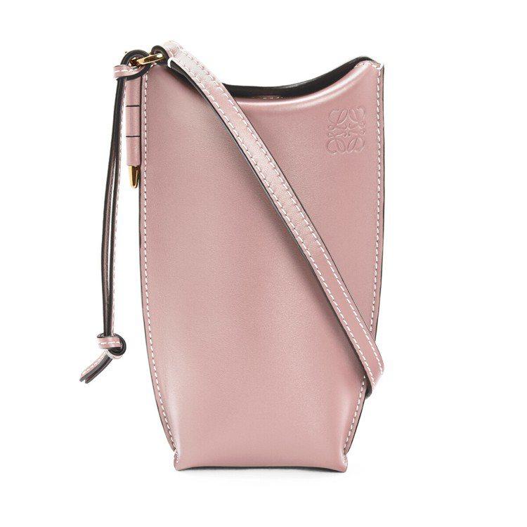 LOEWE Gate Pocket糖果粉小牛皮斜背小包,售價27,000元。圖/...