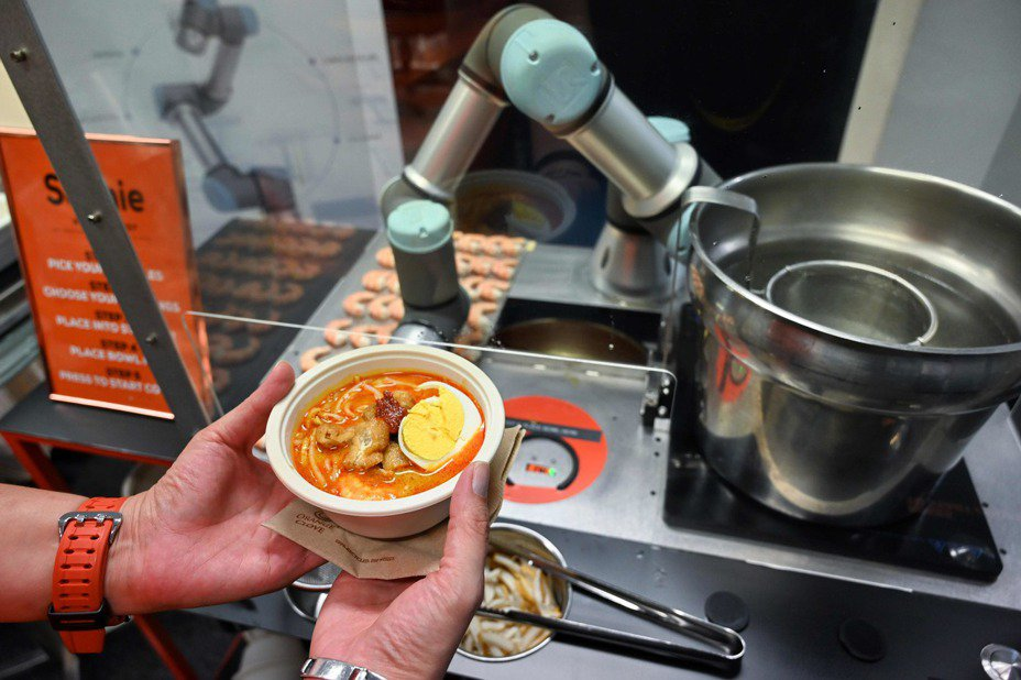 機器人蘇菲45秒就能做好一碗叻沙。(法新社)
