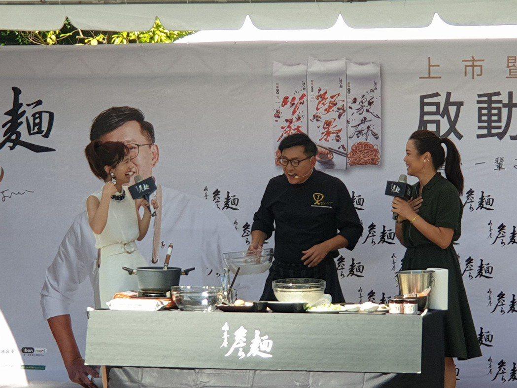 Lulu引導詹姆士介紹煮麵撇步。記者李姿瑩/攝影