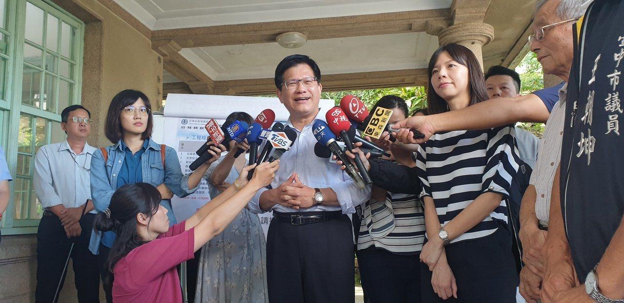 交通部長林佳龍在台中受訪,表示華航私菸案一定要辦到真相大白。記者游振昇/攝影