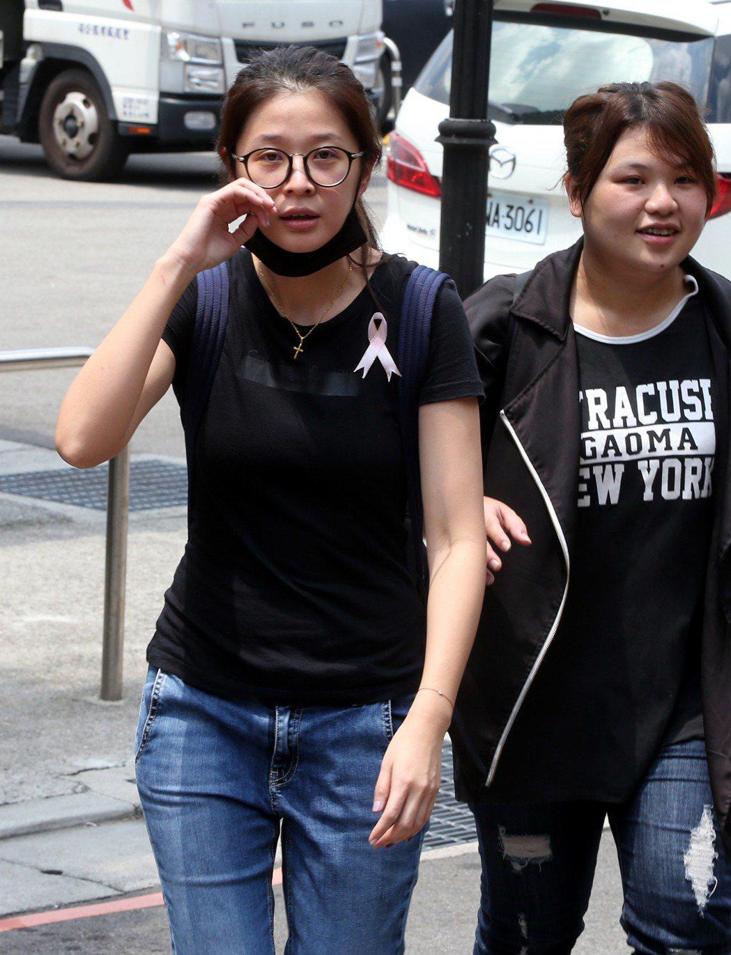 三立導演林鷹告別式在台北第一殯儀館舉行,李燕(左)在林鷹導演告別式上泣不成聲。記...
