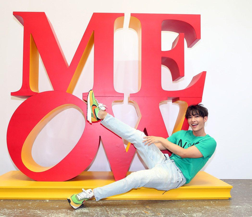 炎亞綸示範網美拍照打卡pose。記者林澔一/攝影