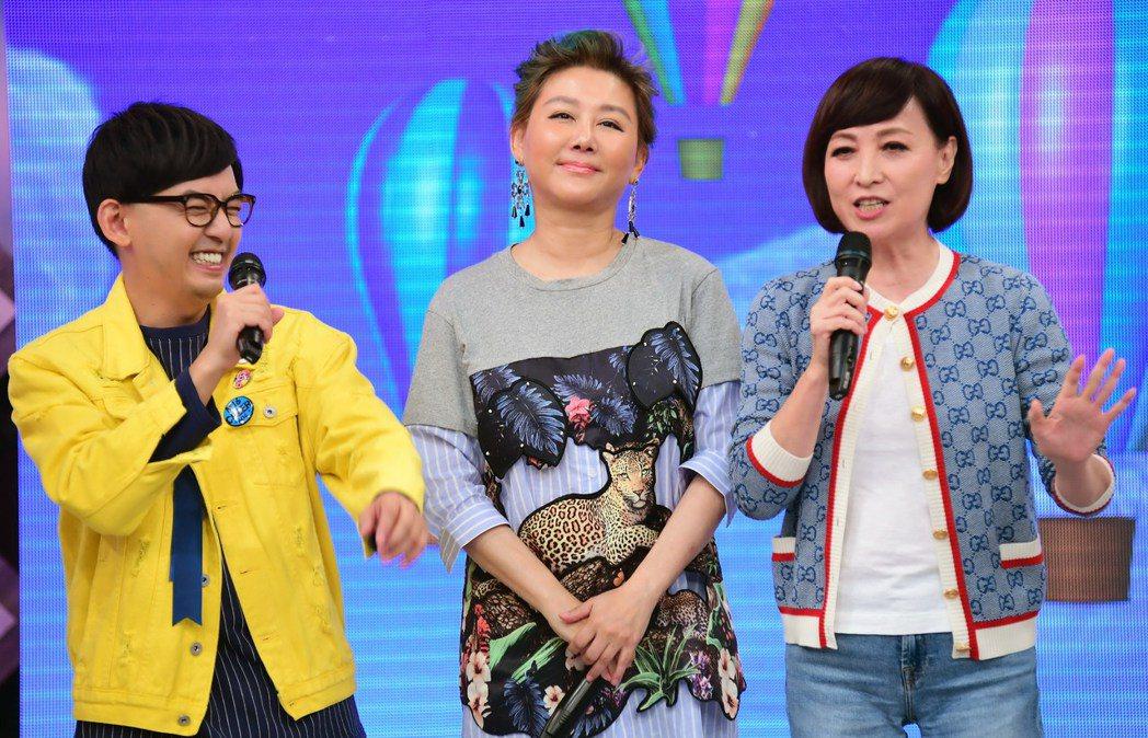 黃子佼(左起)、藍心湄和寶媽在華視「超級同學會」同框。圖/華視提供
